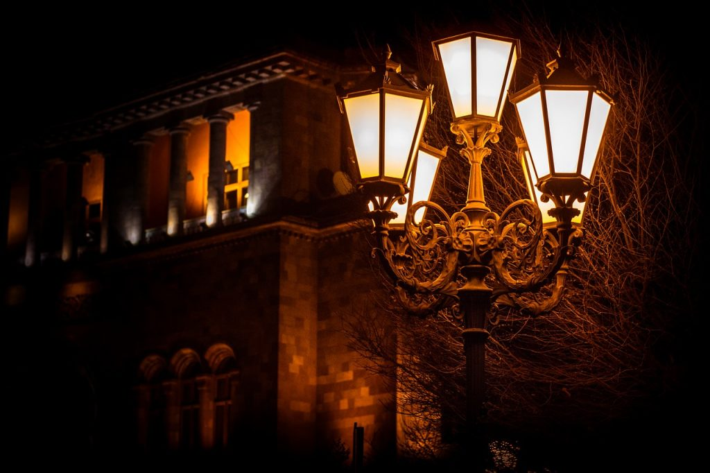 улични лампи нощ