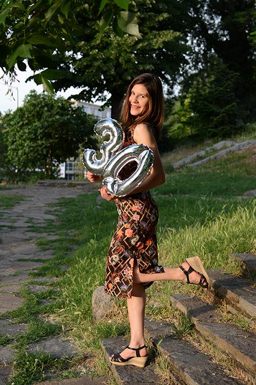 момиче с рокля и балони