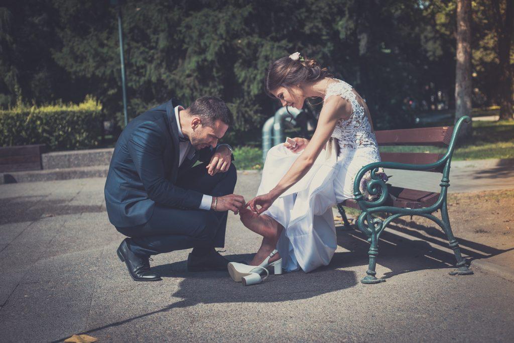 булка и младоженец слагат лепенка заради неудобни обувки