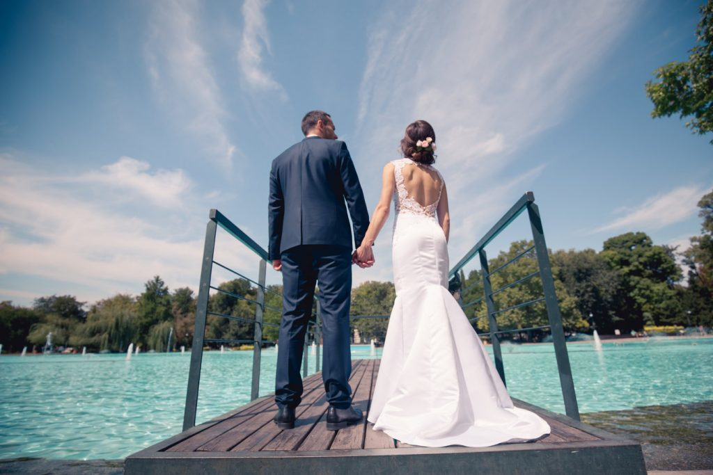 двойка младоженци на мост сред вода