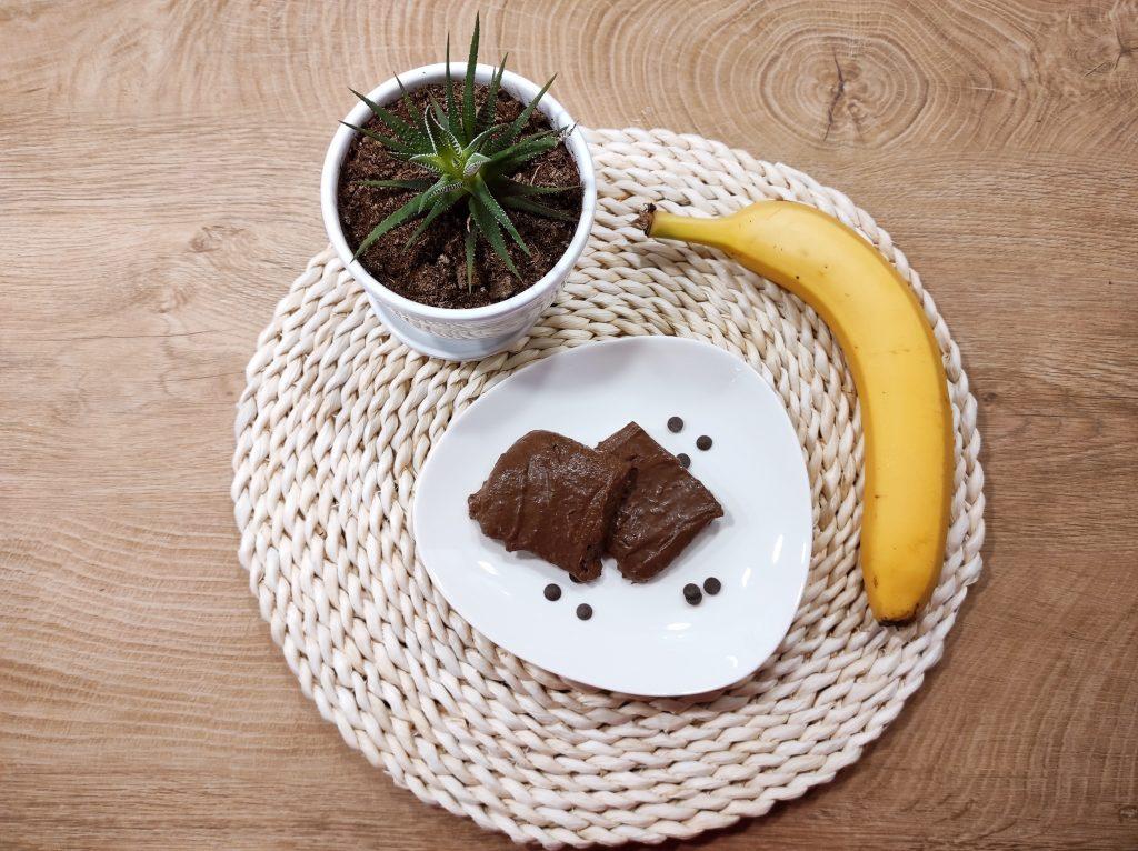 здравословен десерт с банани и какао суров, сервиран в бяла чиния декориран с банан
