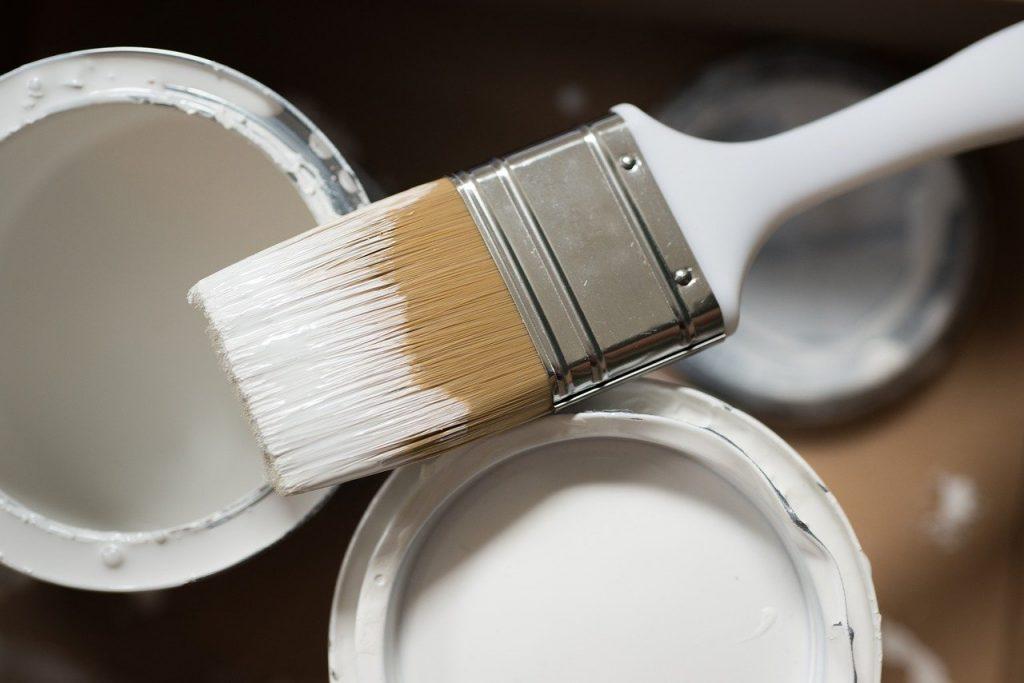 бяла боя и четка за боядисване